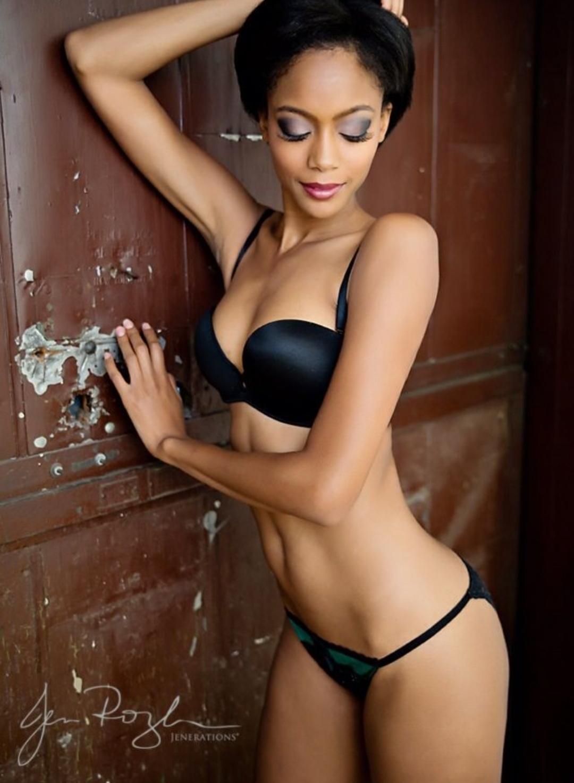 Saskatoon Boudoir Jen Rozenbaums image of a beautiful African American woman posing in a black bra and panty set